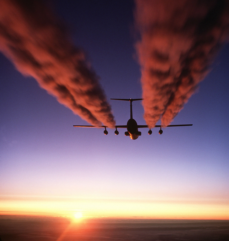 blog_C-141_Starlifter_contrail_crop1